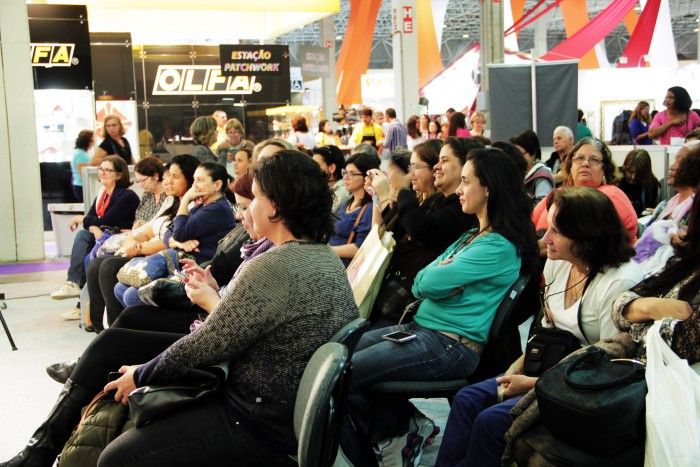 Início dos cursos no estande eduK, olha quanta gente empolgada para aprender e empreender na Mega Artesanal