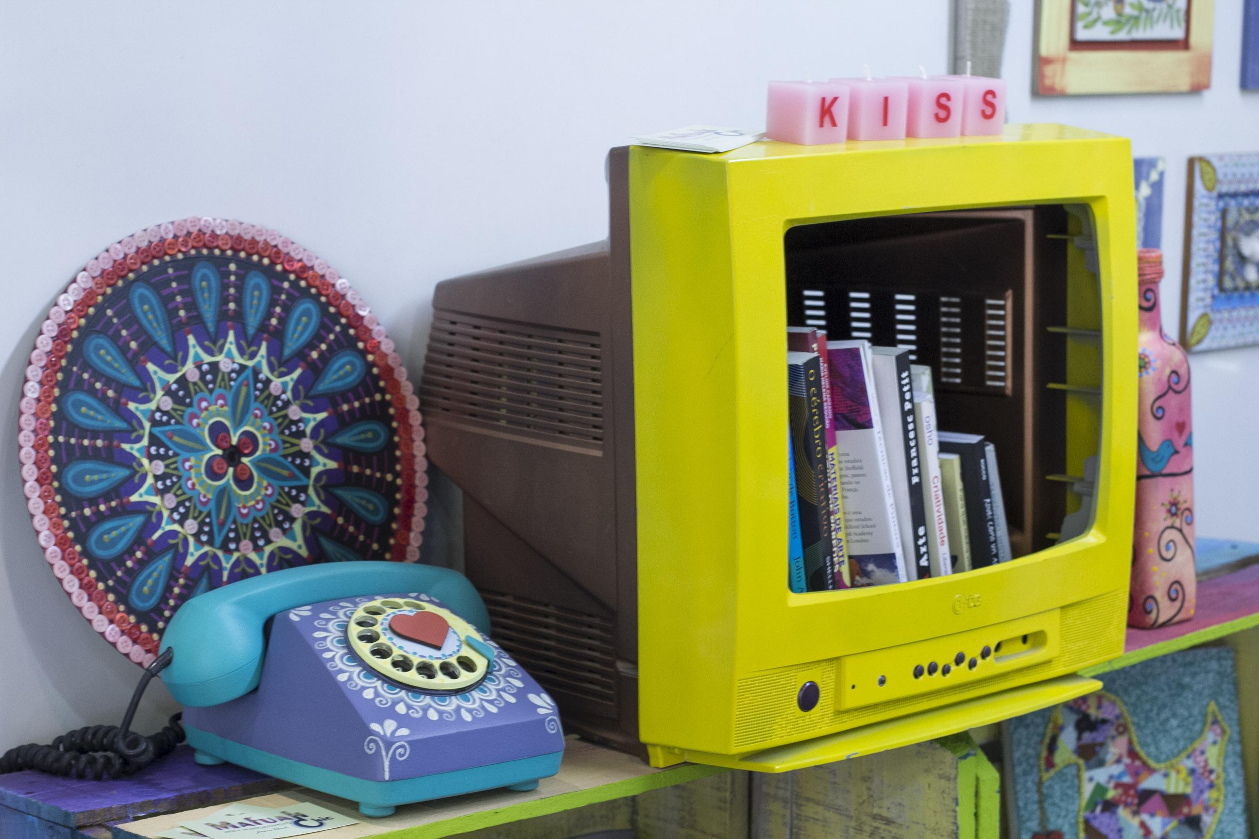 Telefone ganha uma nova roupagem e televisão se transforma para guardar livros