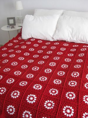 Vermelho é uma cor primária e domina o ambiente, como no caso dessa colcha, toda feita de crochê (crédito da foto: copertineaduncinetto)