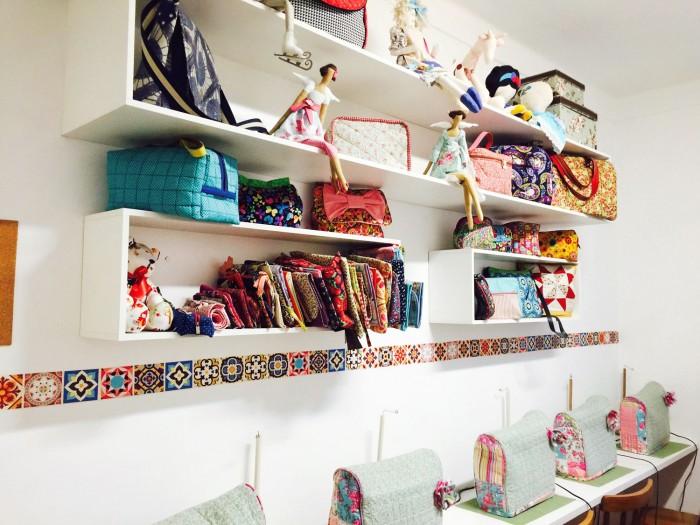 Bonecas Tilda, girafas, ursinhos e bolsas decoram o ateliê da Carol (crédito da foto: Carol Viana)