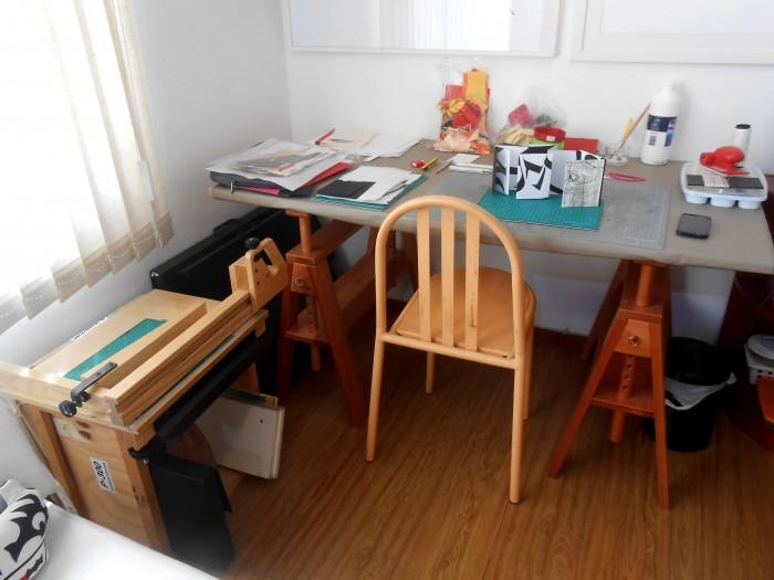 Olha a prensa do lado esquerdo da foto, da uma vontade de começar a costurar cadernos (crédito da foto: Gabriela Irigoyen)