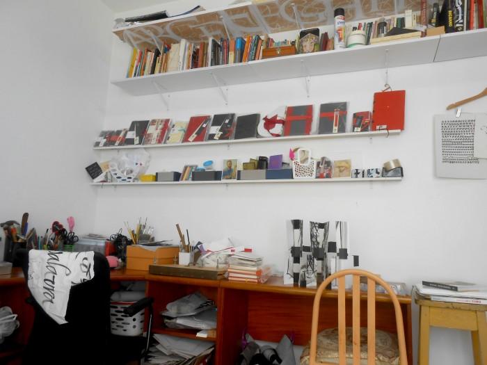 Você pode se perder nesta parede cheia de livros de referência, materiais, cola e produtos prontos (crédito da foto: Gabriela Irigoyen)