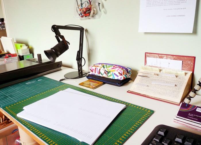 Neste cantinho você pode ver um livro refilado e cadernos pautados novos para serem costurados (crédito da foto: Luisa Gomes)