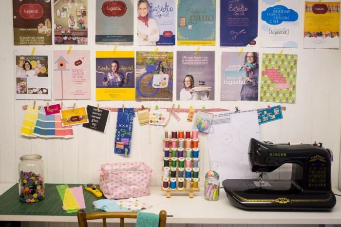 A mesa de trabalho da Lu está enfeitada com recortes, materiais e sua belíssima máquina de costura singer (crédito da foto: Lu Gastal)