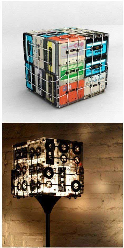 Lâmpada criativa feita com fitas velhas que criam um contraste interessante quando acessa (crédito da foto: lotsofdiy)