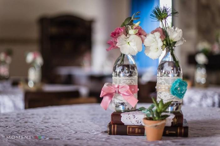 Enfeite da mesa dos convidados, todo feito pela Gabi com reaproveitamento de livros, rendas e garrafinhas.