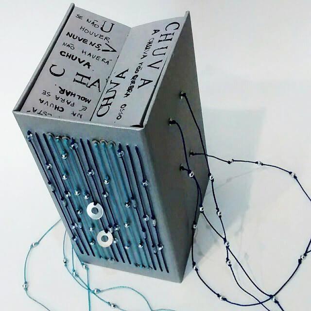 Encadernação artesanal aplicada em livro-objeto, confeccionado por Gabriela