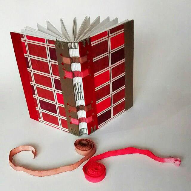 Técnica de encadernação artesanal faz dos livros verdadeiras obras de arte