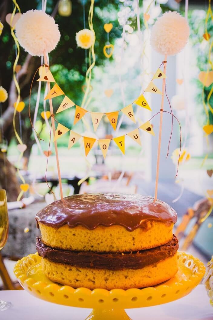 Decoração de papel para casamento: Bandeirinhas de papel no lugar do topo do bolo, amor em papel (crédito da foto: marianalealfotografia.wordpress.com)