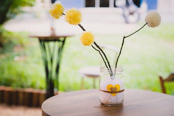 Outros potinhos de vidro também podem ser enfeitar a mesa. Tereza Pires usou pompons