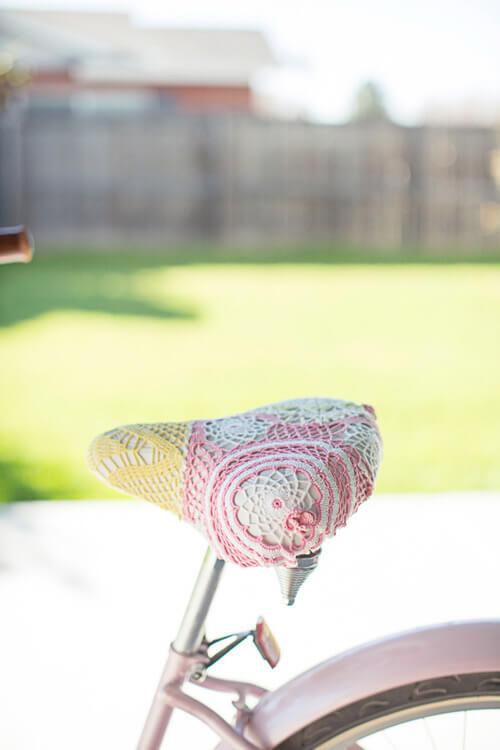O crochê empresta sua graça para o selim (crédito: dianaelizabethblog.com)