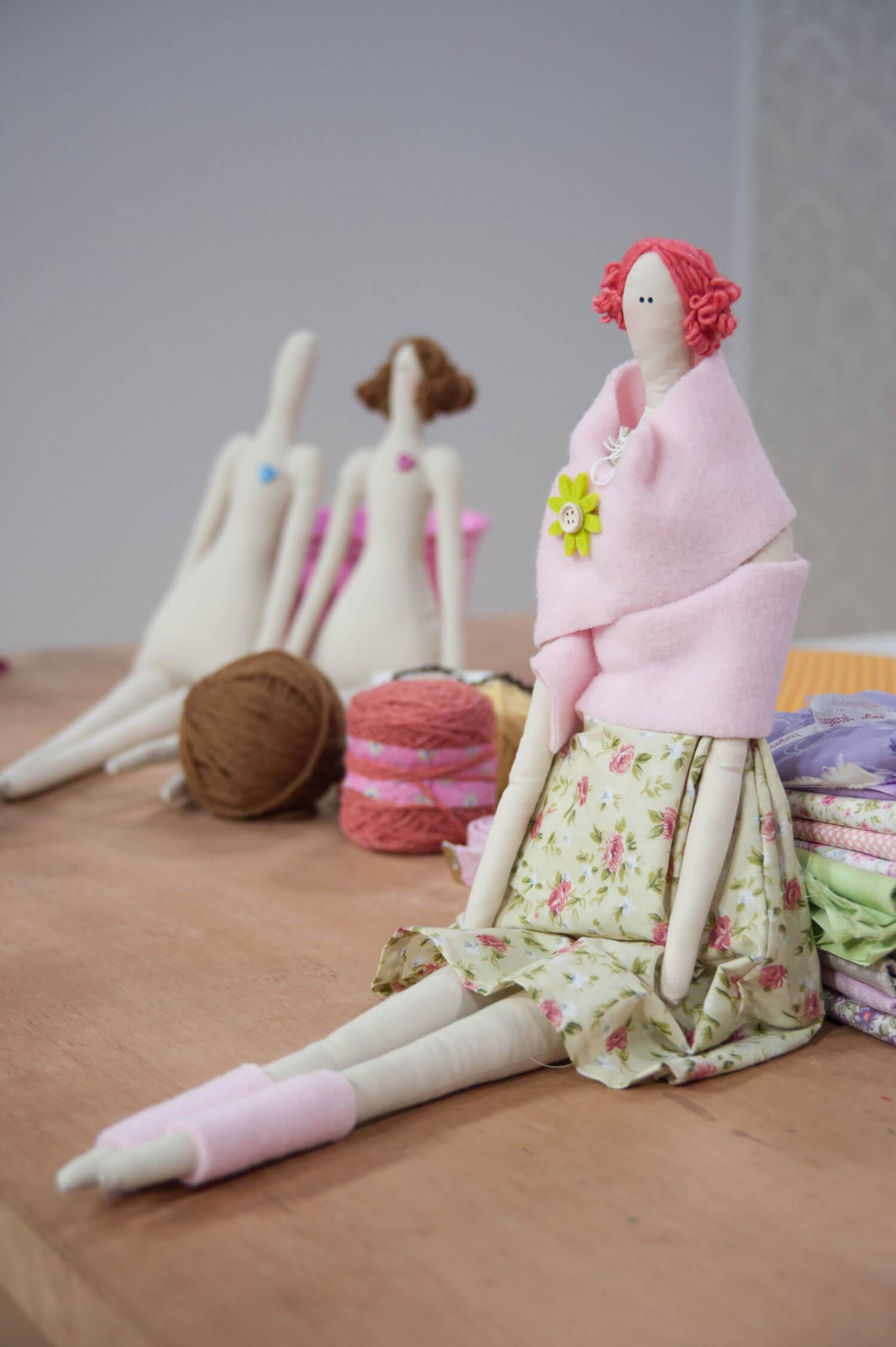 A delicadeza das formas e a combinação de cores e estampas chamam a atenção nestas belas bonecas
