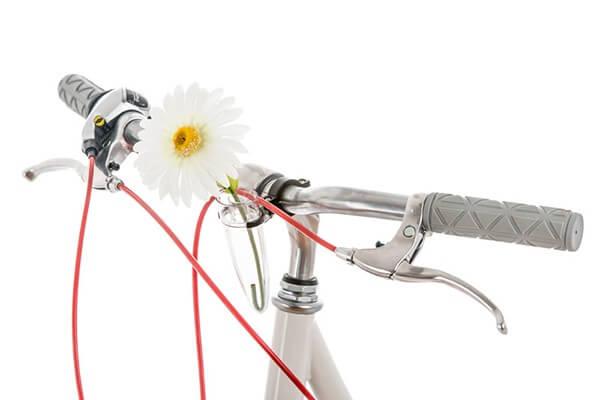Flor em vazo para guidão de bicicleta