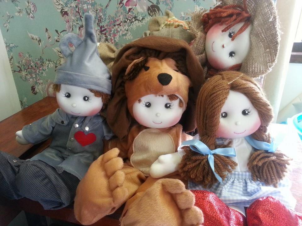 Bonecas de pano confeccionados pelo ateliê Parece Gente, de Vanessa Alves