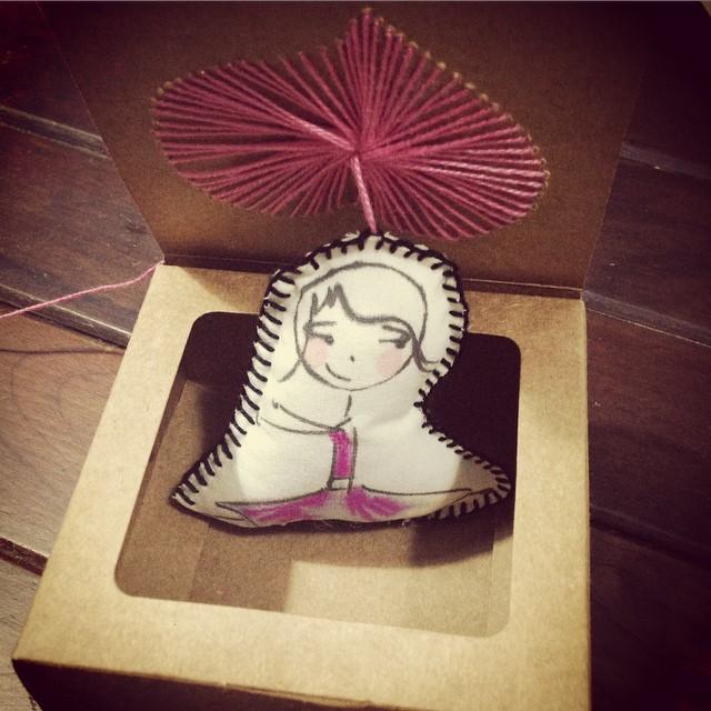 E olha a bonequinha como ficou linda finalizada e dentro da caixinha! (crédito da foto: reprodução Instagram Festinhas Manuais)