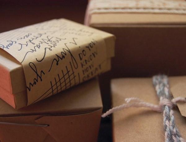 Caligrafia no artesanato: Embalagem personalizada e cheia de charme. Já pensou sua cliente receber seu produto assim? (crédito da foto: site madeinthefold)