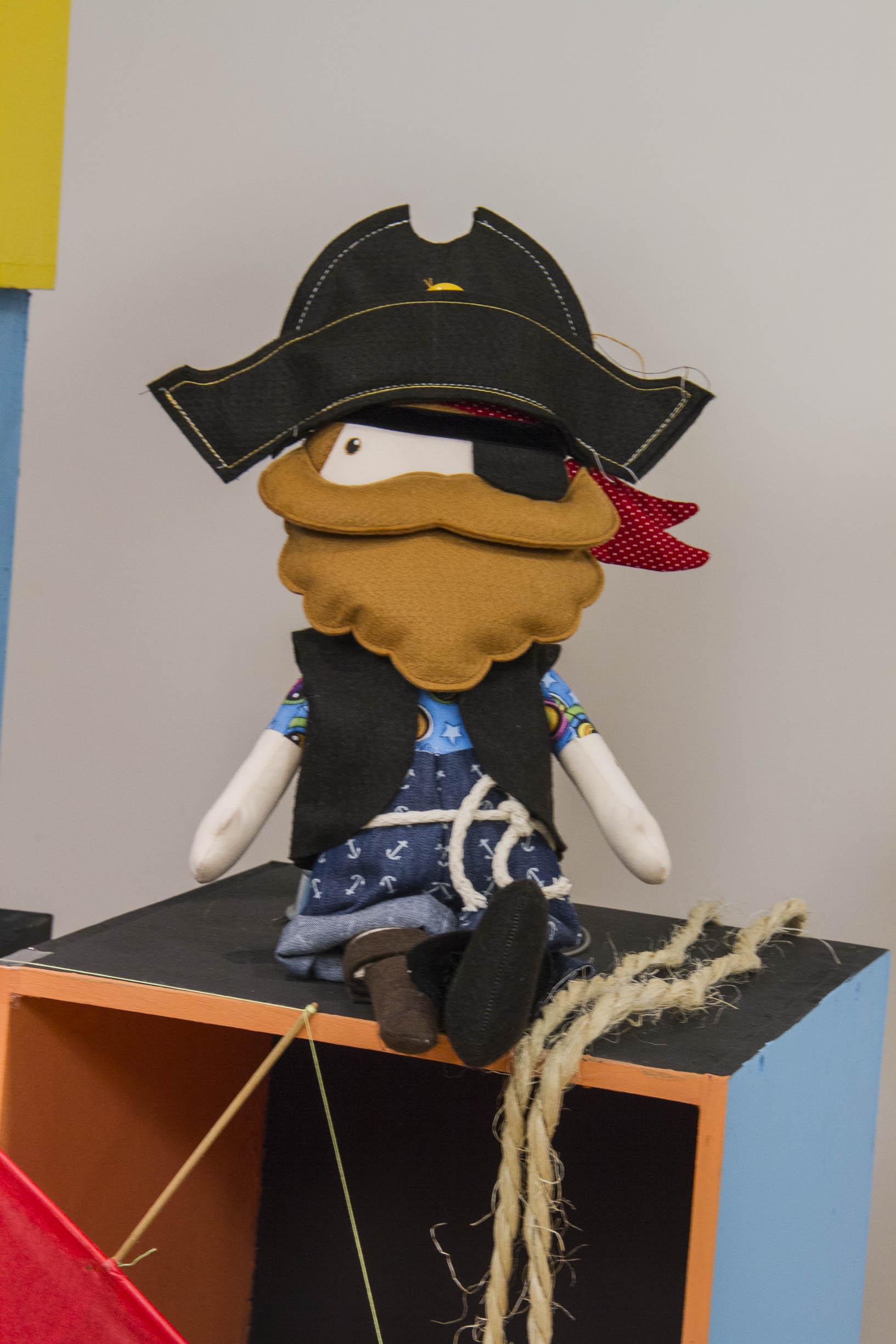 Terra à vista! Olha a fofura desse boneco pirata feito pela Gigi