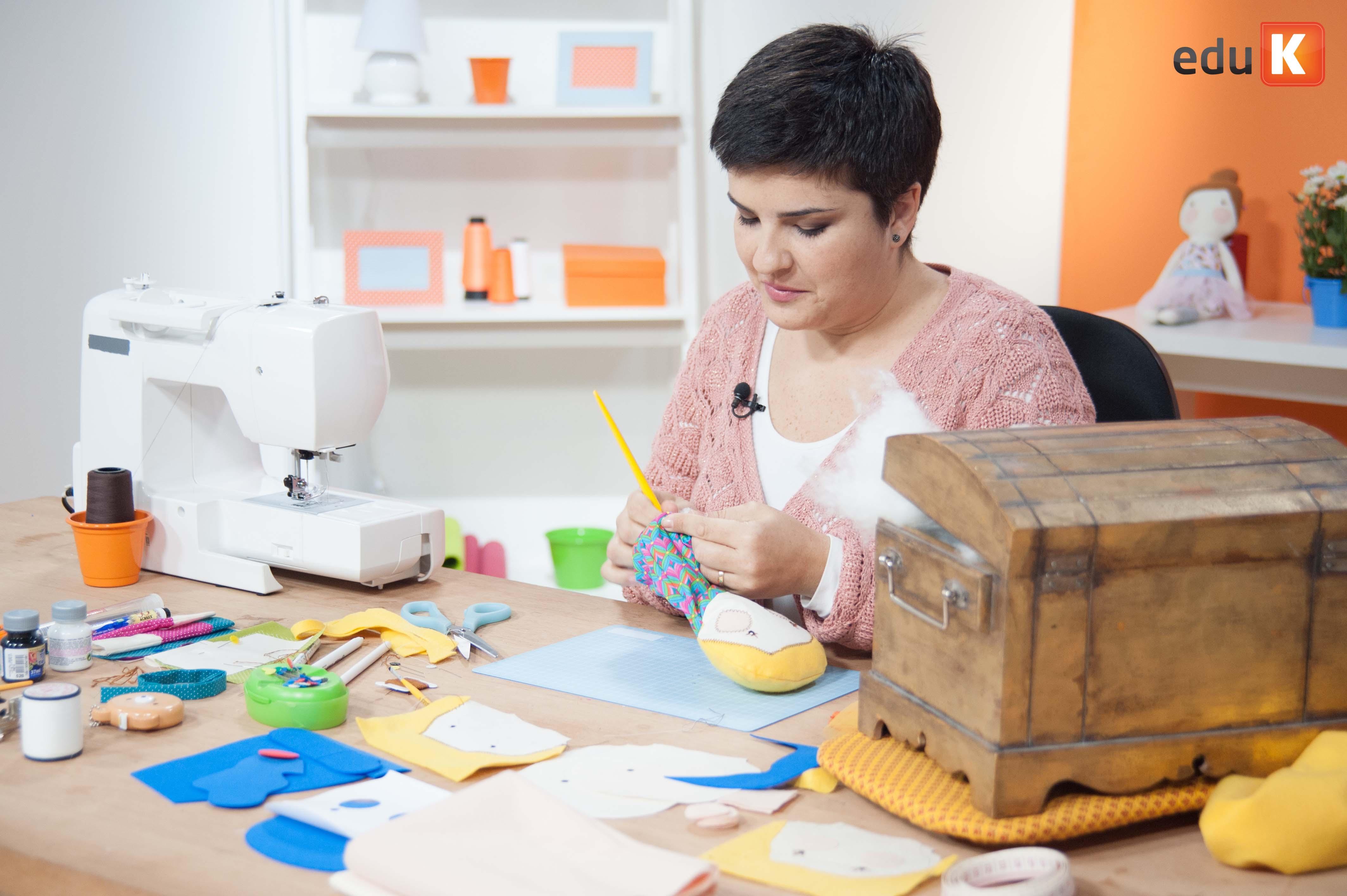 Gigi 'serelepando' em sua mesa de trabalho: criatividade e diversão são as palavras de ordem!