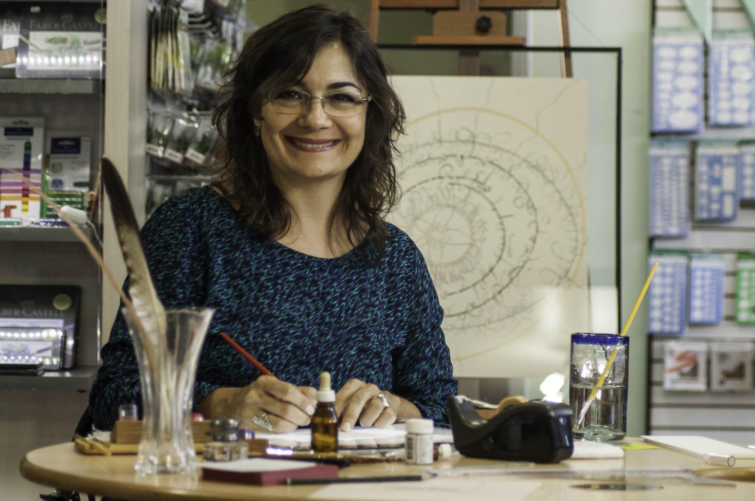 A calígrafa Andrea Branco em seu estúdio