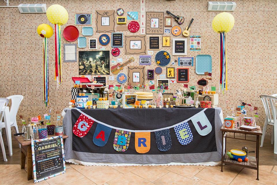 Mesa decorada pelas meninas da Festinhas Manuais: objetos pessoais são o ponto de partida (crédito da foto: Festinhas Manuais)