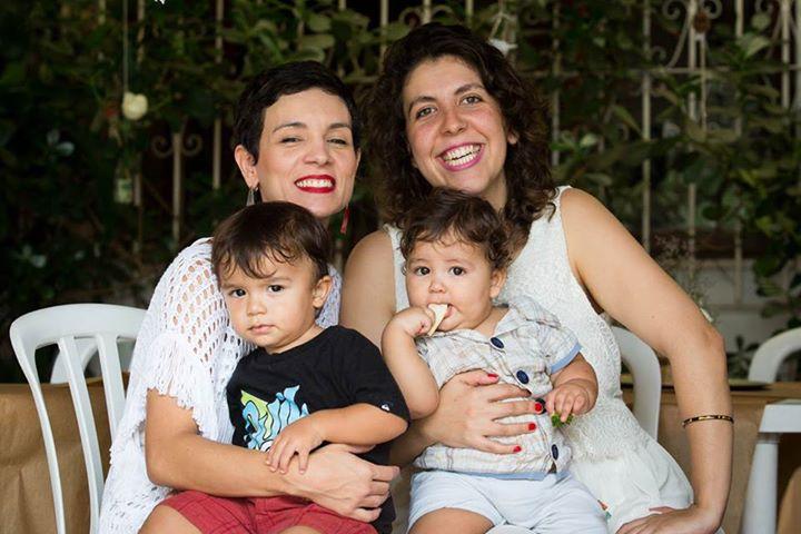 Mari, com Caetano, e Ana, com José, empreendedoras criativas da Festinhas Manuais (crédito da foto: Festinhas Manuais)