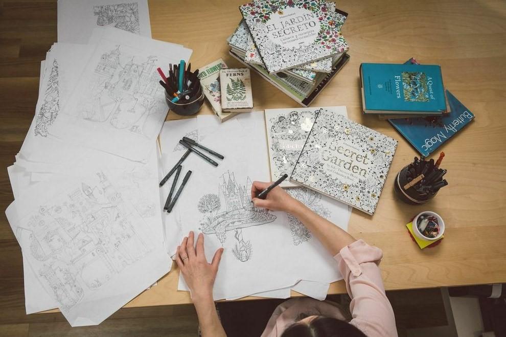 A criadora de um dos livros de colorir mais vendidos do mundo faz os desenhos à mão (crédito da foto: reprodução Buzzfeed)