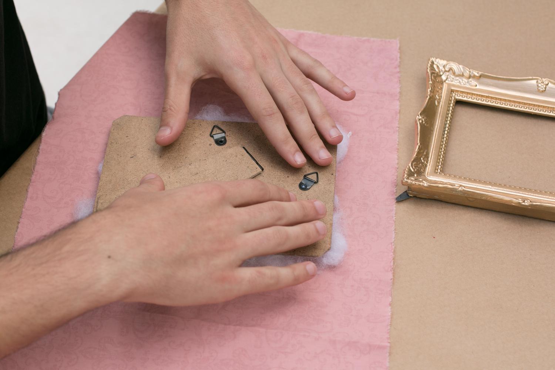 medindo o tecido   PAP: porta-retrato vira porta alfinetes