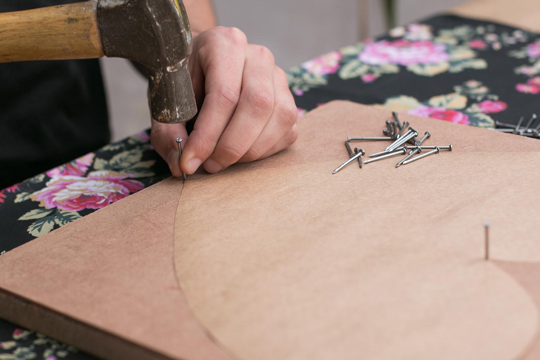 Comece colocando os pregos ao redor do molde de coração para começar o projeto de string art
