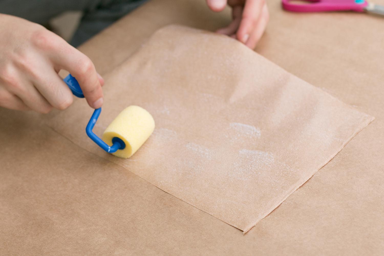 Passando a cola no papel craft |PAP: Envelope de coração - Blog Artesanato e ponto