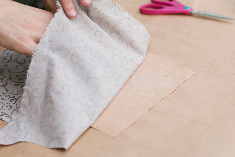 Colando o tecido e o papel craft |PAP: Envelope de coração - Blog Artesanato e ponto