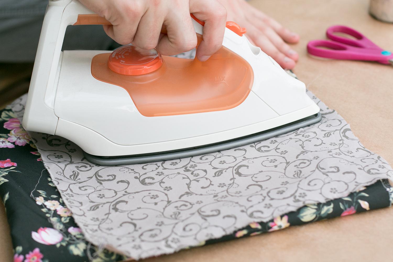 passando o tecido colado ao papel|PAP: Envelope de coração - Blog Artesanato e ponto