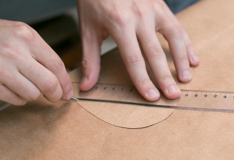 Um alfinete ajuda a vincar |PAP: Envelope de coração - Blog Artesanato e ponto
