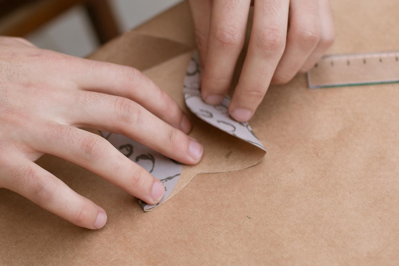 Fazendo as dobras com cuidado|PAP: Envelope de coração - Blog Artesanato e ponto