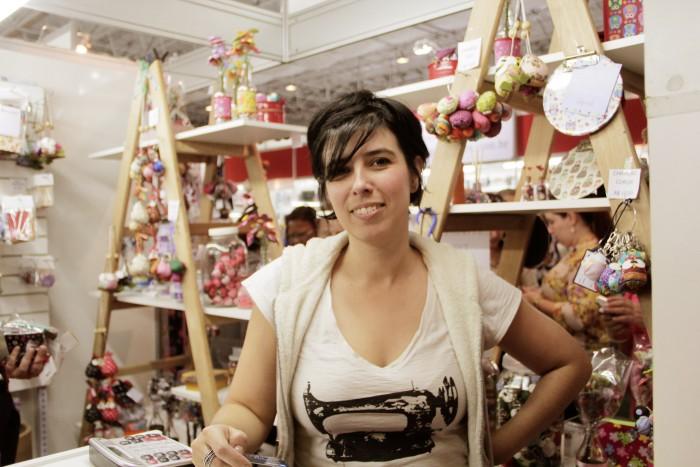 Fabiana em seu stand na Mega Artesanal