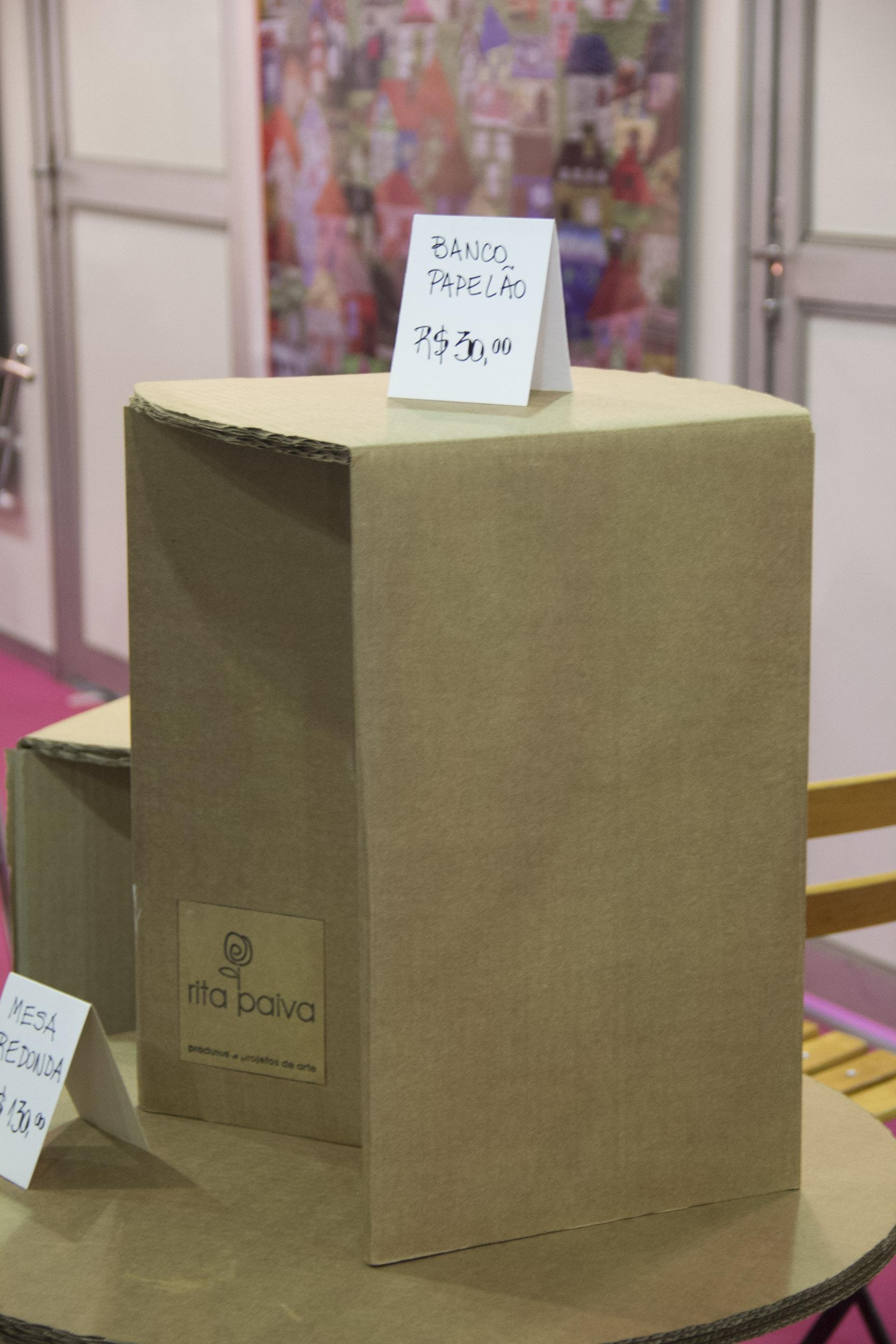 No estande da Rita Paiva, reaproveitamento de papelão vira móvel