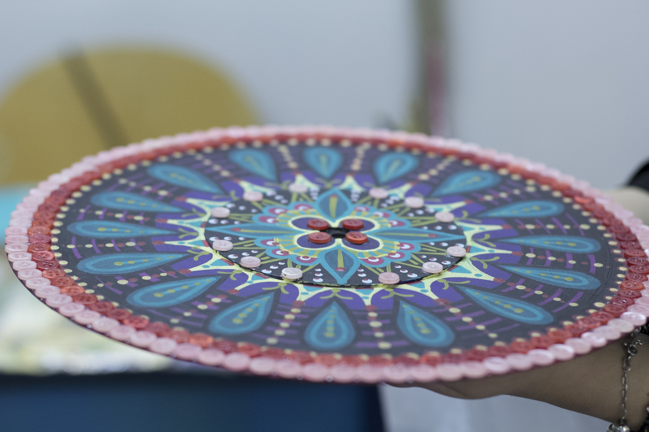 Jéssica é apaixonada por mandalas, aqui um disco de vinil transformado em arte