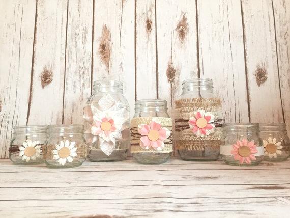 As flores são a decoração dessas garrafinhas