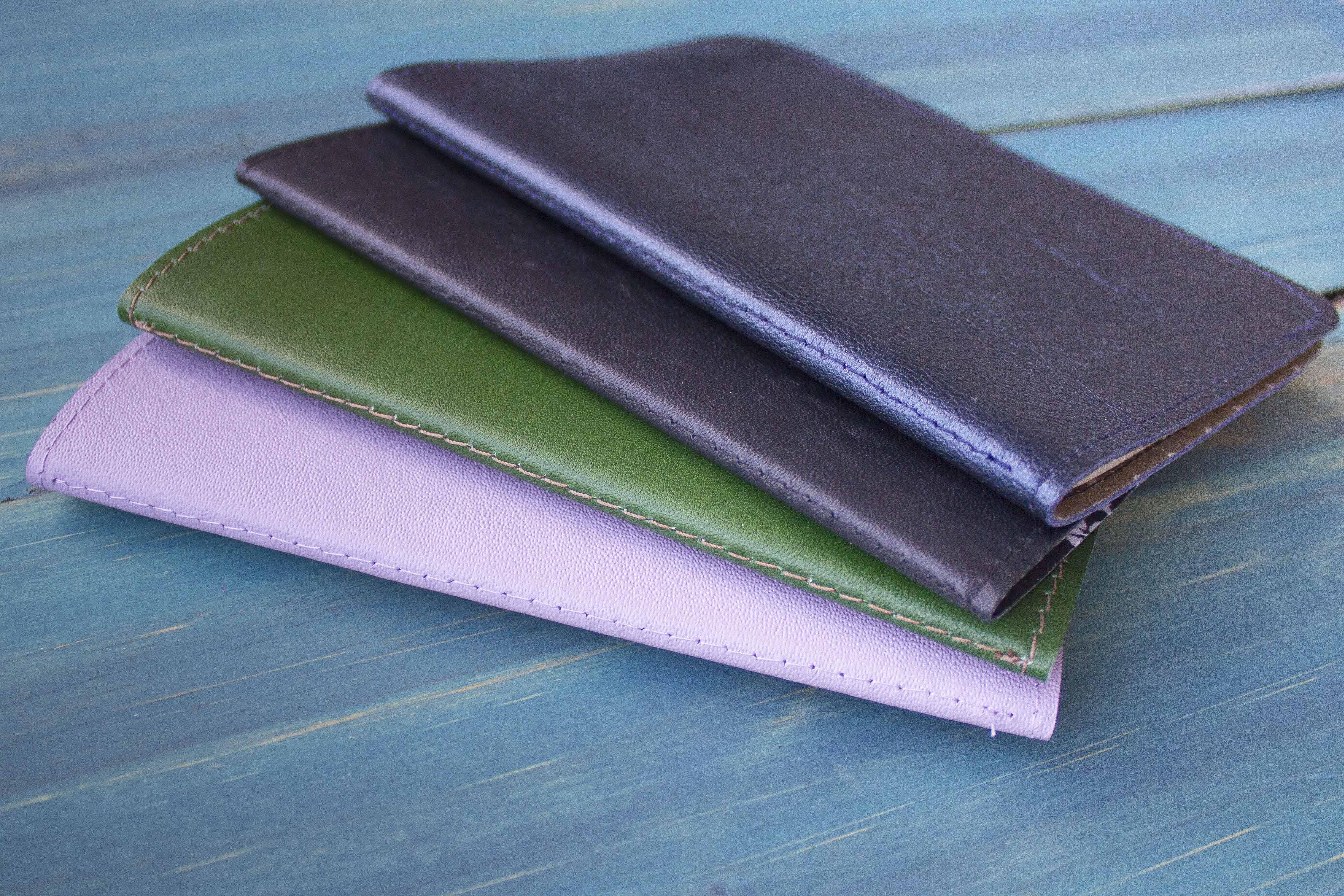 Detalhe das costuras nos cadernos feitos à mão por Dani