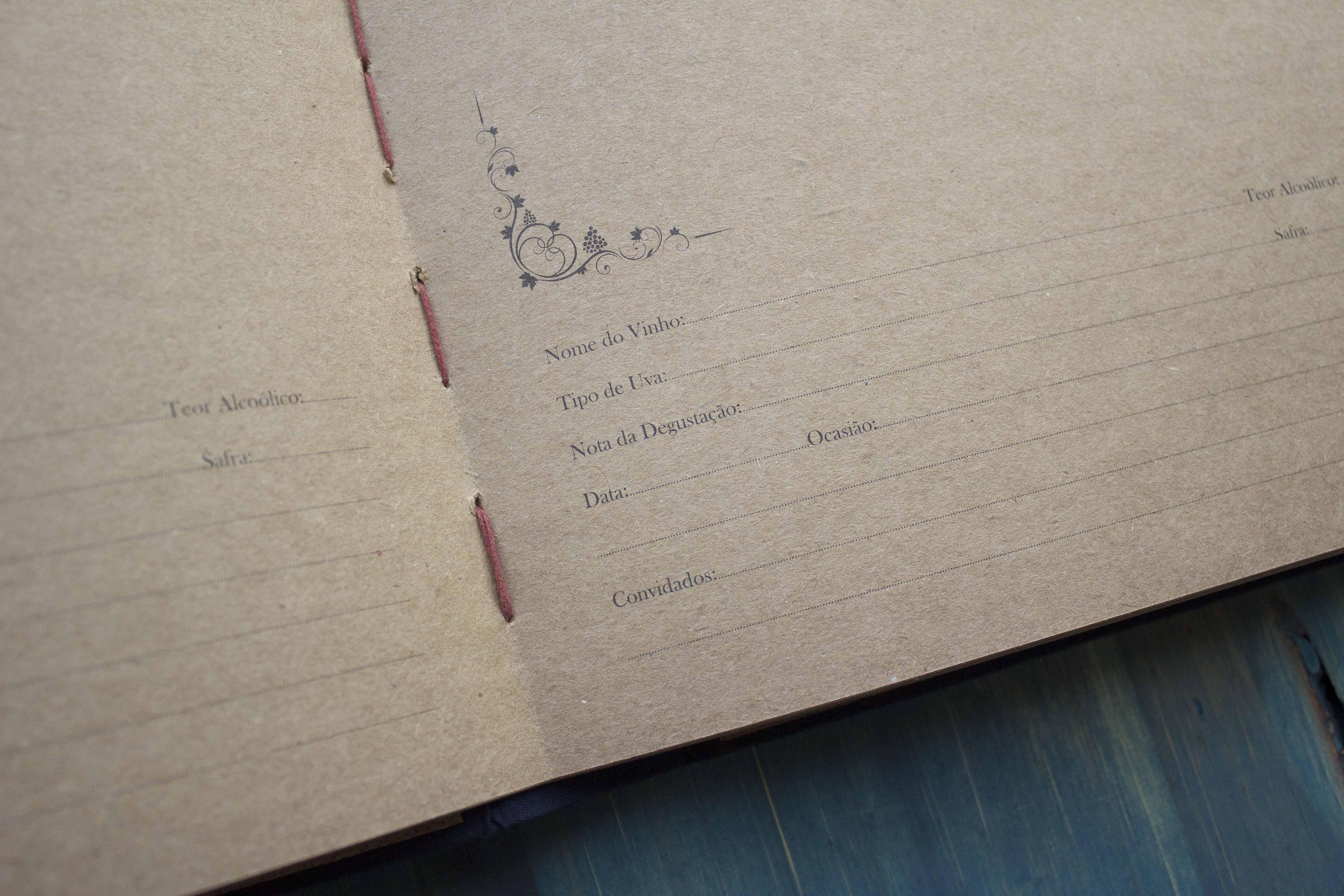 Por dentro, há mistura de cortiça e papel craft e você pode escrever sobre suas observações sobre a bebida
