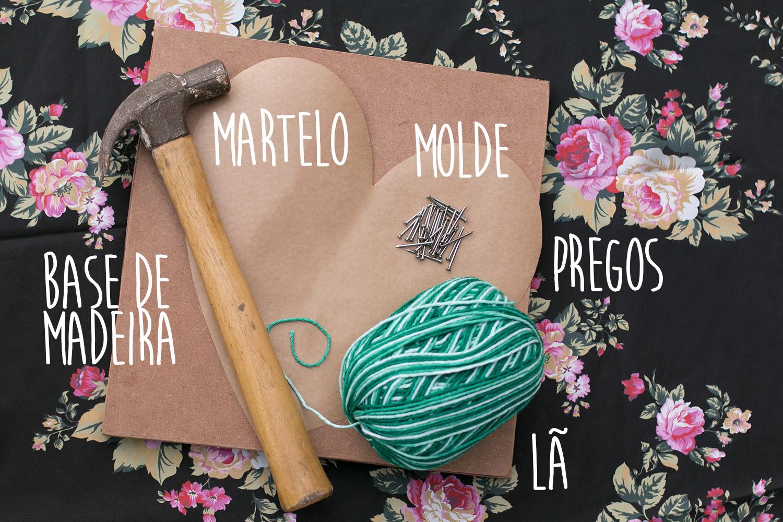 O que você precisa para fazer string art passo a passo: base de madeira, martelo, molde, pregos e lã