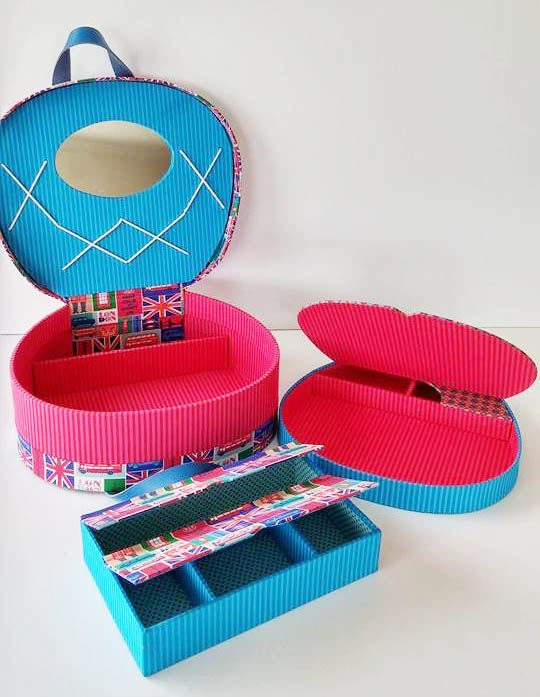 E olha só como a caixa é por dentro, cheia de espaço. A combinação de cores também é original, criada por Simone