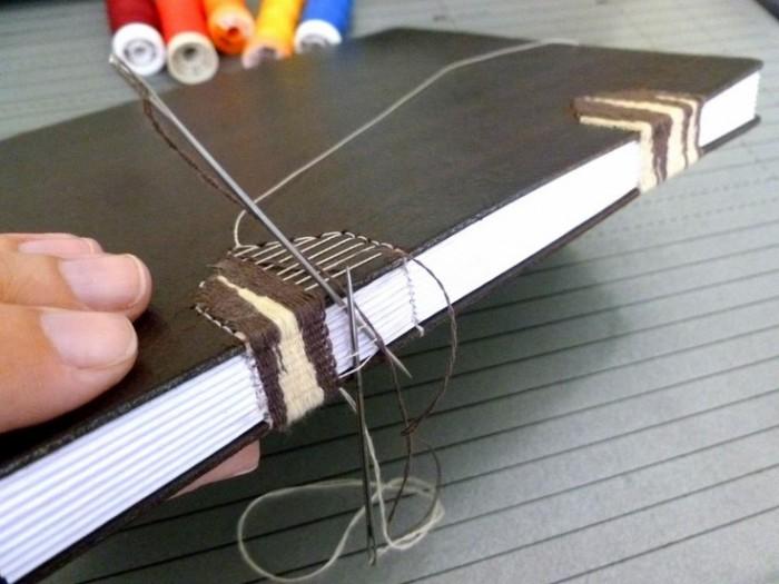 A arte de encadernar. Luisa trabalhando num caderno no ateliê Canteiro de Alfaces (crédito da foto: site canteiro de alfaces)