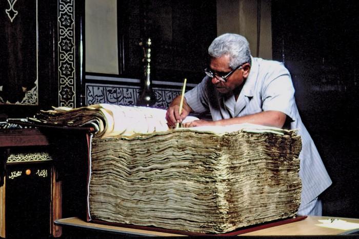 Especialista trabalha na restauração de uma das mais antigas cópias do Alcorão (crédito da foto: Frederic Neema —Corbis/Sygma )