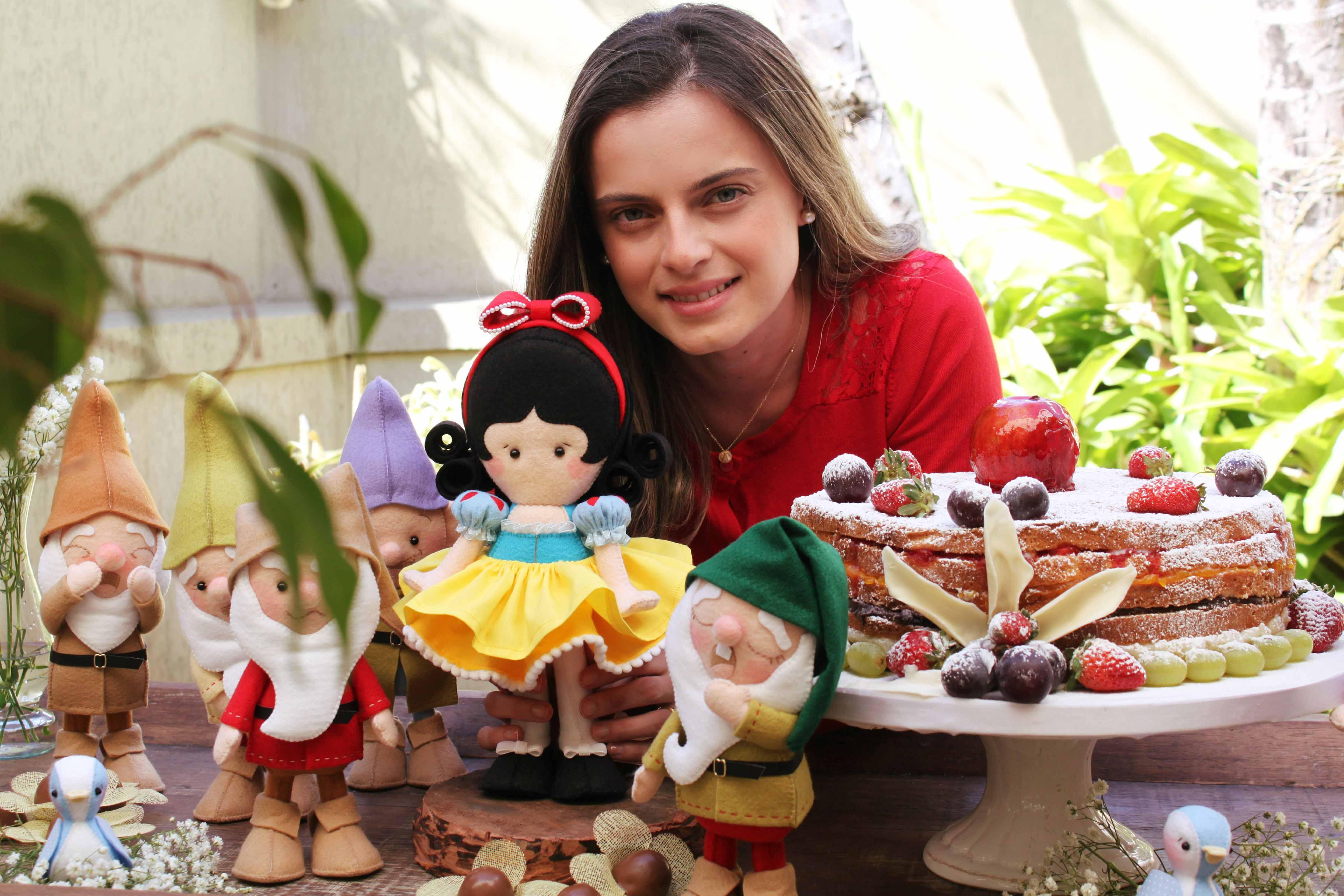 Fernanda mostra uma de suas criações, a Branca de Neve em feltro