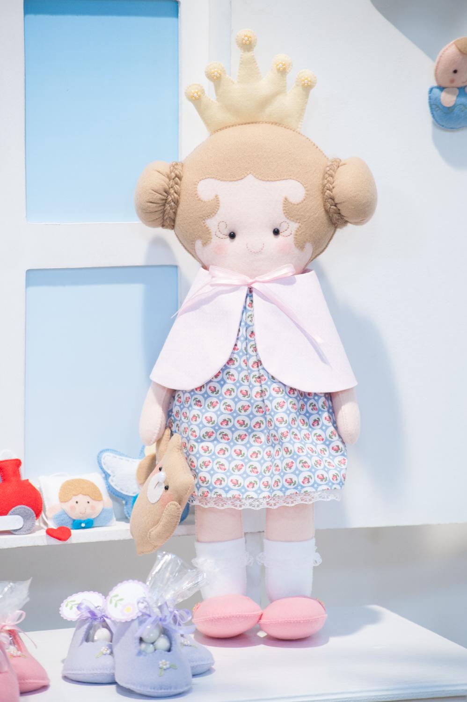 O feltro vem ganhando cada vez mais espaço no mercado de artesanato. Essa linda bonequinha foi feita pela Fernanda