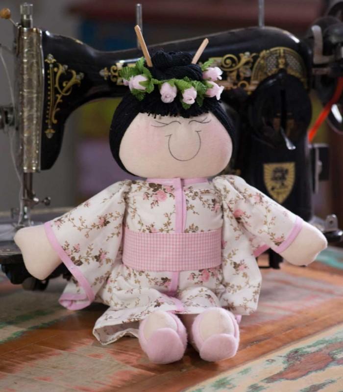 boneca oriental da artista plástica Tati Delphino, bichos de pano
