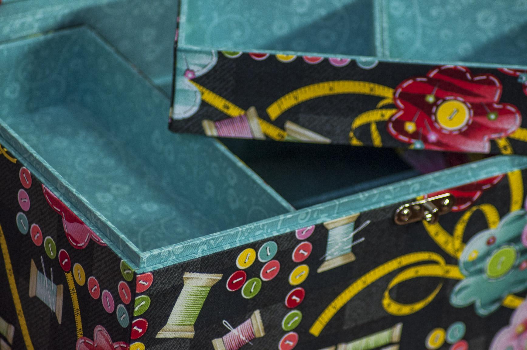 Detalhe de uma peça de cartonagem elaborada por Claudia Wada