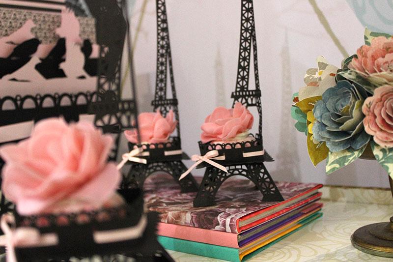 Torre Eifel ganha destaque na mesa. O clima de romantismo parisiense em papel