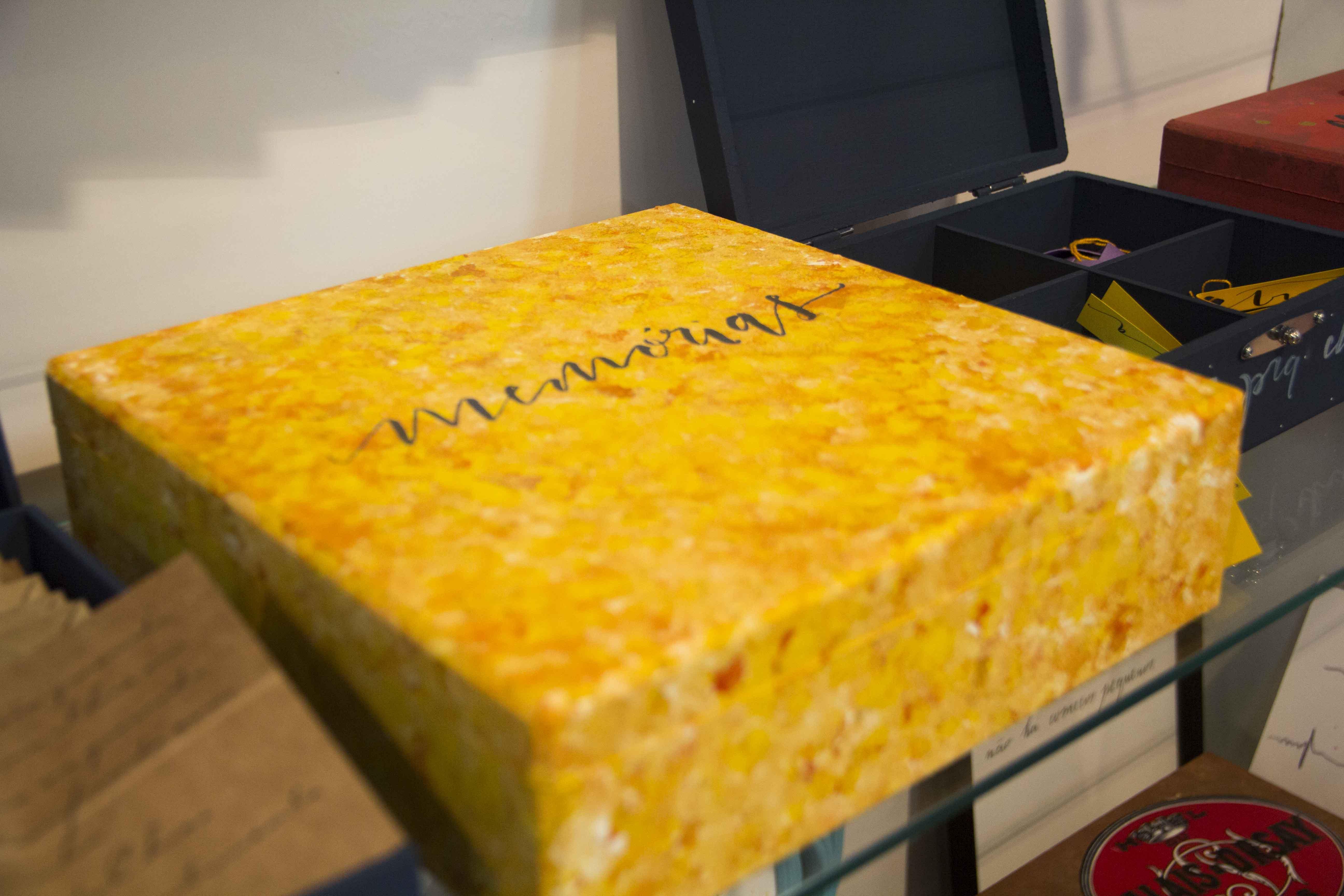 Essa caixa de memórias é um dos presentes criativos desenvolvidos por Silvia. Dentro, ela inclui objetos especiais