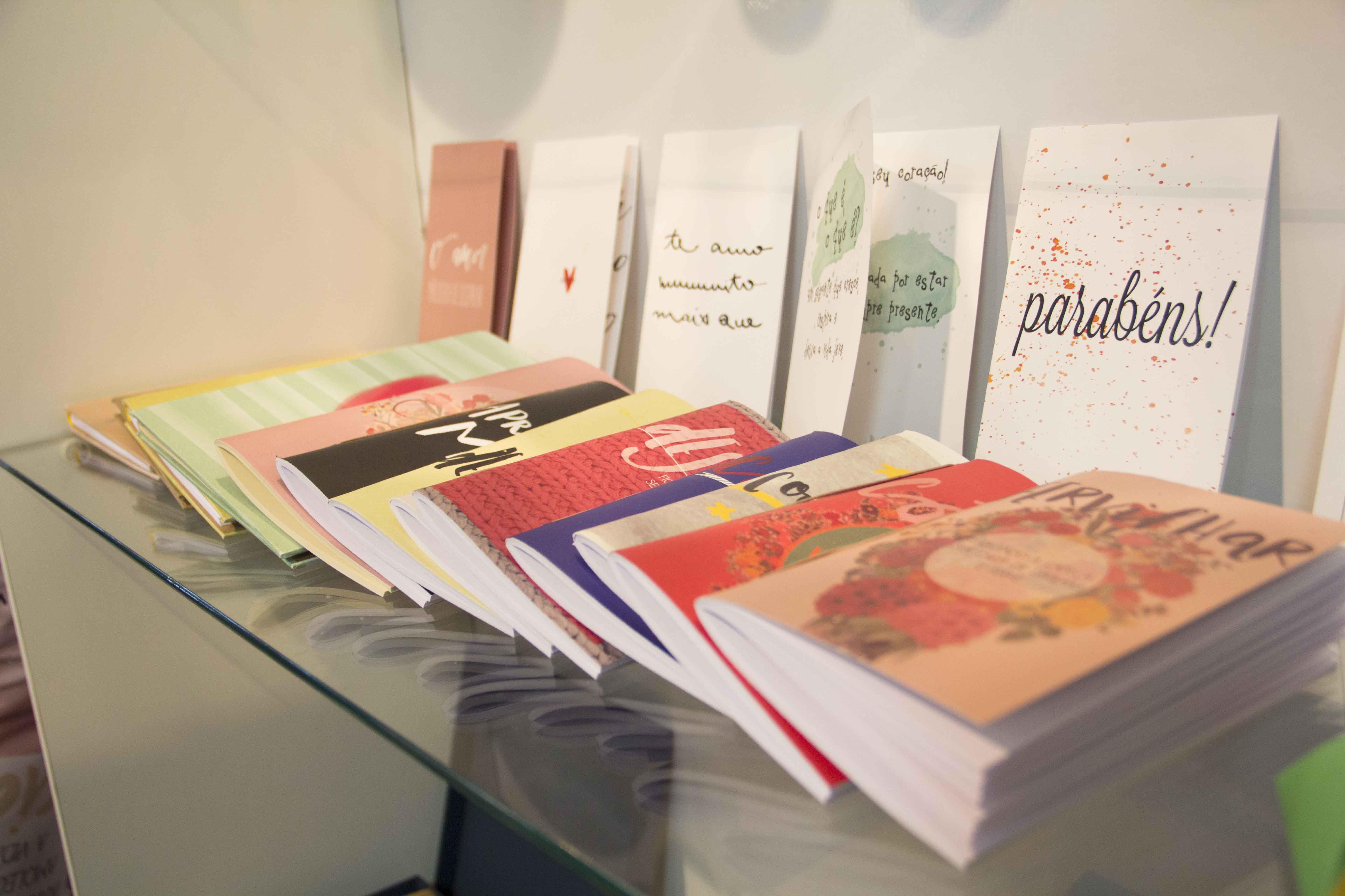 Detalhe dos cadernos artesanais de Silvia. Na capa, as palavras ganham novos significados